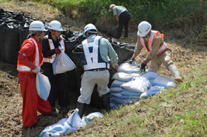 大雨被災を想定し土のうを積んだ_浦河建協の防災訓練の様子