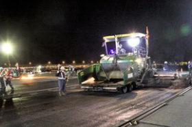 新千歳空港の安全運行を支える 夜間の滑走路舗装維持