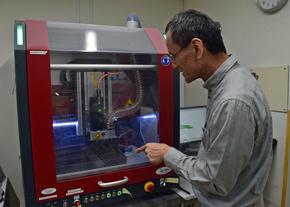 CADデータによる自動切削機の説明をするPOライフの尾田社長