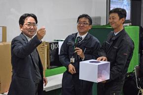 新ひだか町Aiba静内で開催されたAiba祭の抽選会でくじを引く幌村会長