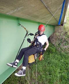 ロープ駆使して橋梁点検 RA技術の取得に挑戦