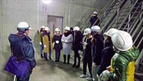 白鳥大橋の技術学ぶ 建設どさん娘の会と室工大女子学生
