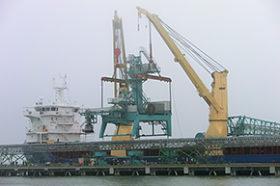 国際競争力確保へバルク岸壁に荷役機械を据え付け 釧路港