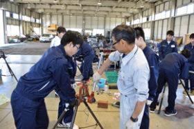 苫小牧工高生が就業体験 水道管作業でものづくり学ぶ