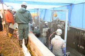 美唄で用水路補修の機械化を試験施工 南組の左官アシスト