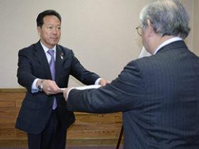 西川氏が4期目 旭川市長の当選証書を付与
