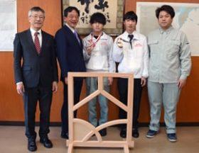 佐藤さんら技能五輪出場の2人 十勝総合局で入賞を報告