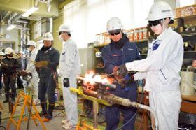 札幌工高生がガス圧接体験 道圧接業協組の出前講座で