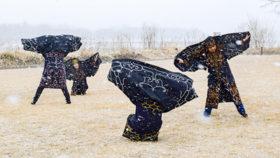 アイヌの伝統舞踊「サロルンリムセ」 十勝川背景に披露