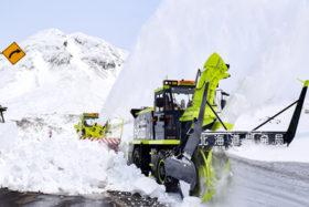 峠に春呼び込む 連休前開通目指し知床横断道路で除雪
