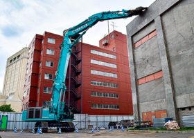 旧キリンビール園の解体に100㌧級大型解体機を導入