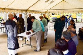 100人が祈り捧げる 厚真町吉野地区の災復現場内で供養会