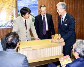紙の芯材生かした簡易ベッド 札幌建具工業協組が市に寄贈