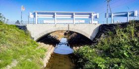 雨竜町内の排水路に国内初の連結ブロックアーチ橋