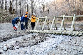 地元木材で流木発生を抑制 鵡川支流に捕捉工設置