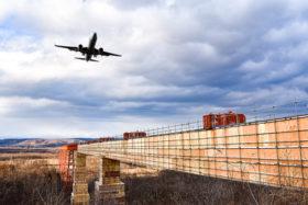 高さ45m 釧路空港で進入灯老朽化対策現場を公開