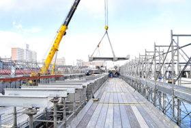 屋根付き岸壁の工事進む 苫小牧西港の物揚場改良現場が公開