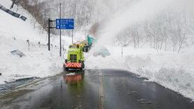 通行止めの野塚峠 高堂建設がトンネル付近の雪崩を除去