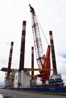 大型クレーン搭載した起重機船 室蘭港に寄港