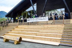 景色楽しんで 支笏湖ビジターセンターで展望デッキ