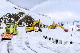 知床の春へ除雪進む 横断道路の連休前開通目指す