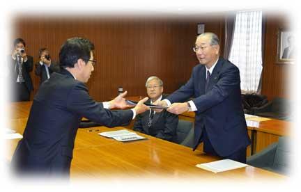 秋元市長に提言する岩田会長(右)